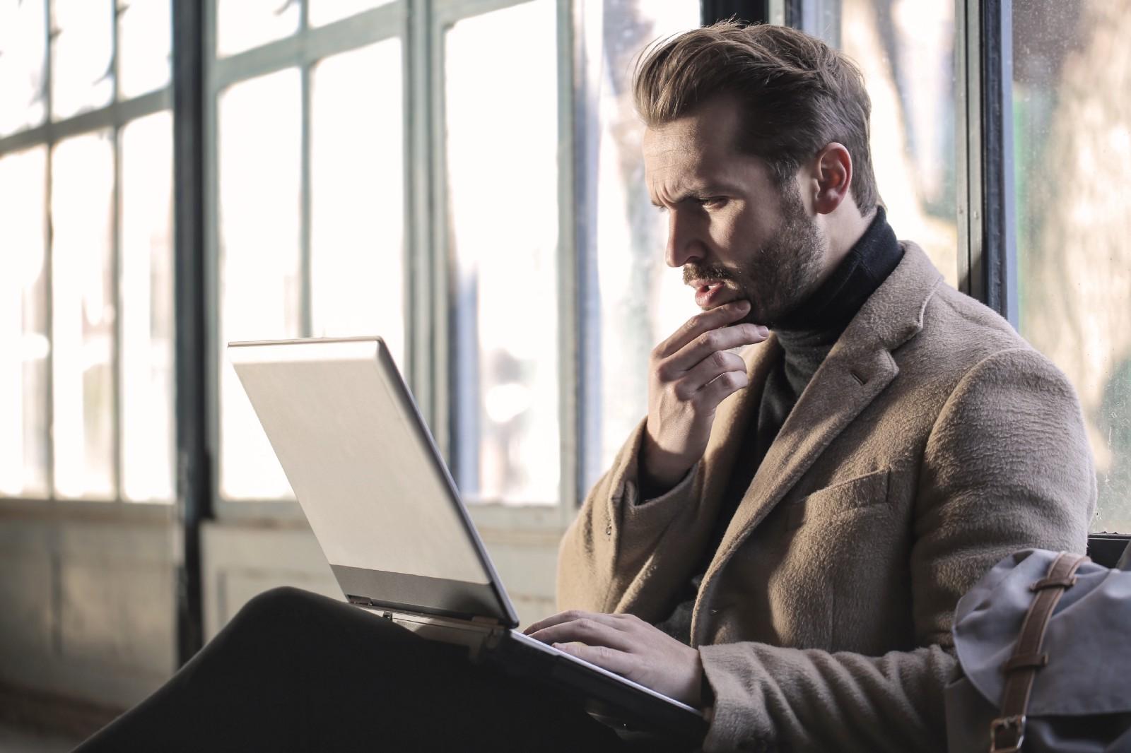 Person vid dator som tycks vara förvirrad eller konfunderad